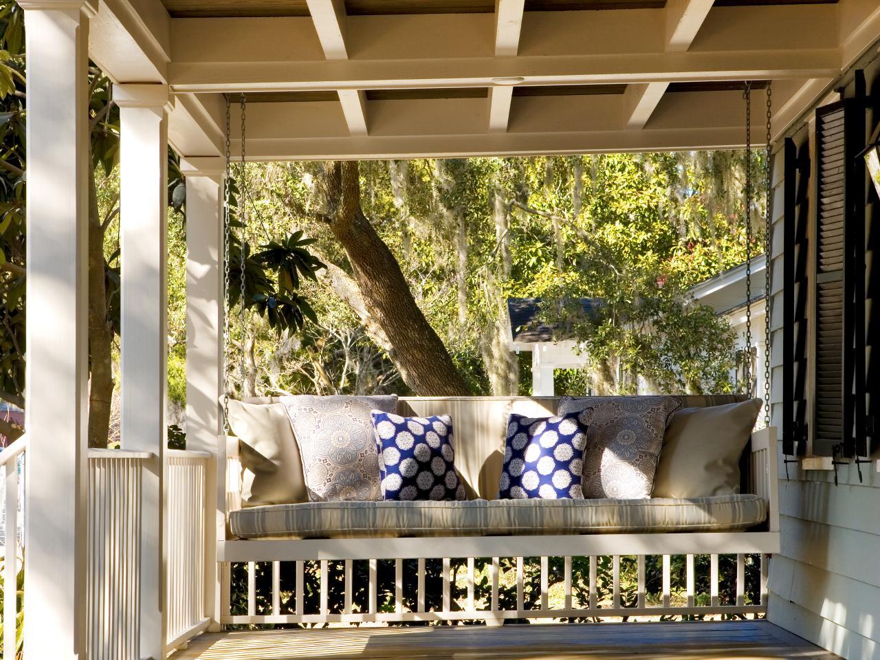 Подвесной диван на веранде загородного дома