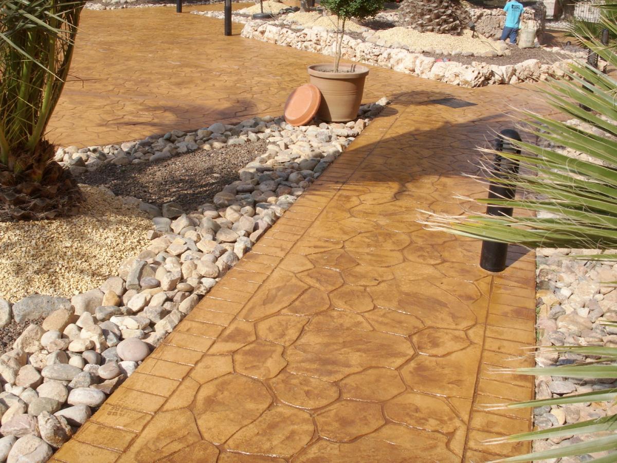 Как сделать бетонную дорожку с камнем у дома своими руками