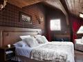 Шотландская клетка в интерьере спальни в загородном доме