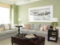 Светло-зеленая стена в гостиной