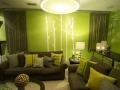 Сочетание коричневого и зеленого в интерьере гостиной