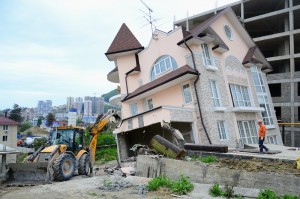 В Сочи сносят незаконные строения