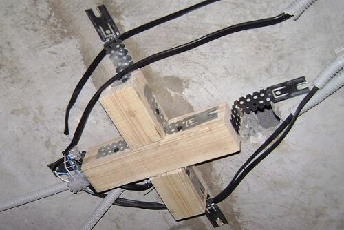 Крепление подвесной люстры на крестообразной планке к натяжному потолку