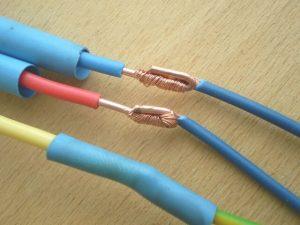 соединение двух концов электрического провода