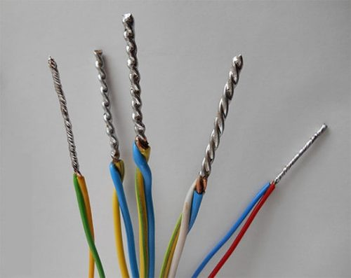пайка двух концов электрического провода