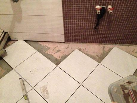 Монтаж напольной плитки в ванной