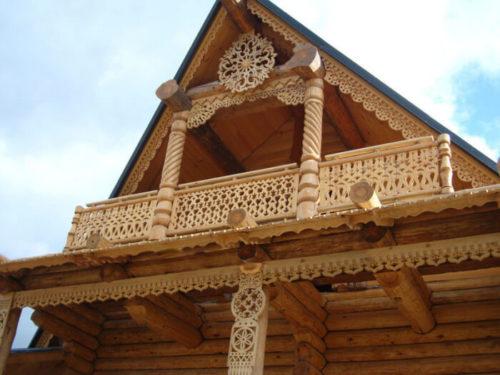 Отделка фасада дома резьбой